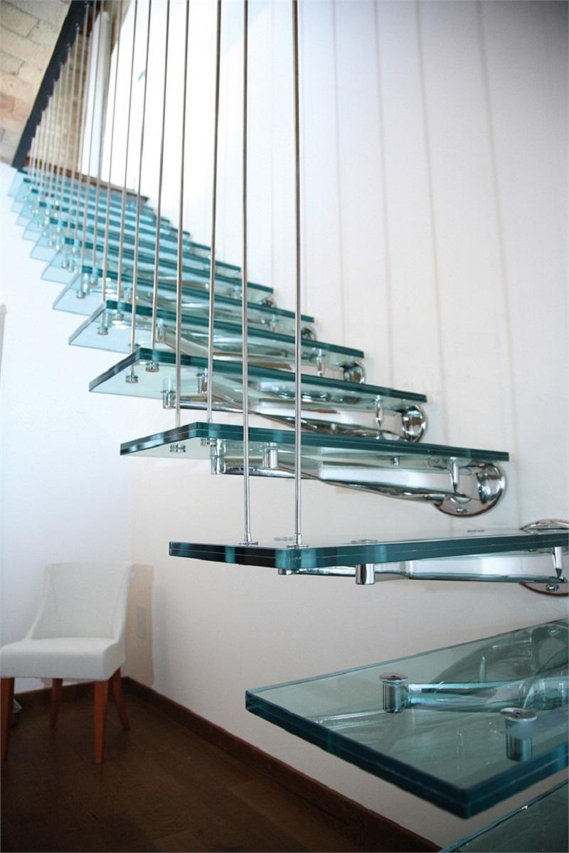 широкое распространение получили ступени из закаленного стекла, придающие интерьеру воздушность и легкость