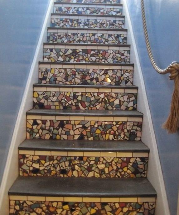 Мозаика, цветной камень и стекло сделают любую лестницу более интересной: