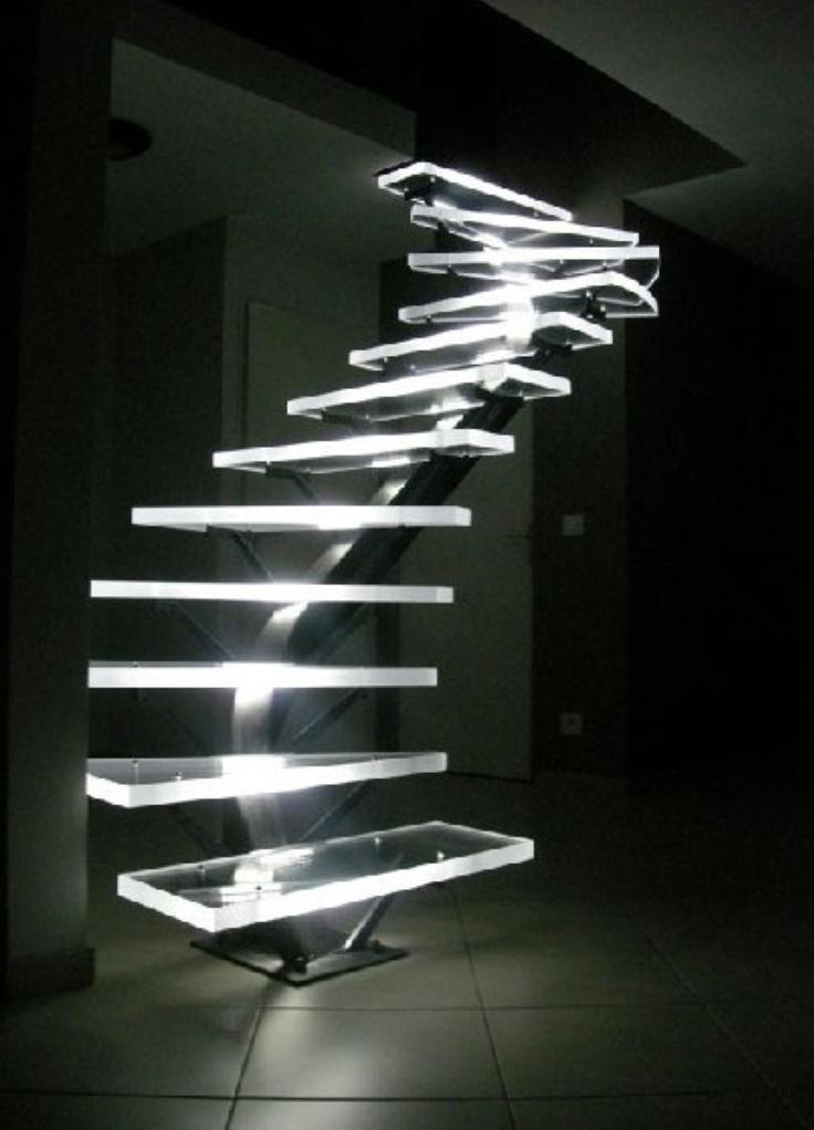 Превосходно смотрится торцевая подсветка стеклянных ступеней