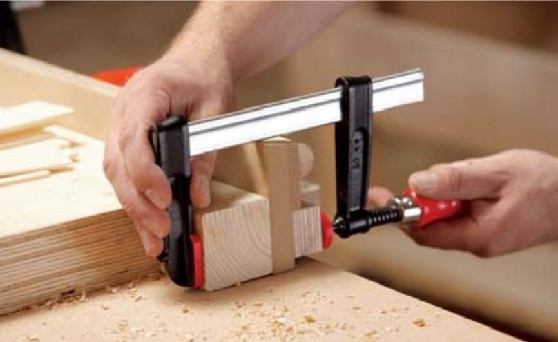 Струбцина из ковкого чугуна TPN с надежной деревянной ручкой BESSEY TPN12BE
