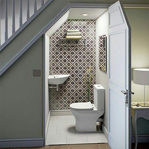 Все знакомы с решением размещения под лестницей туалета