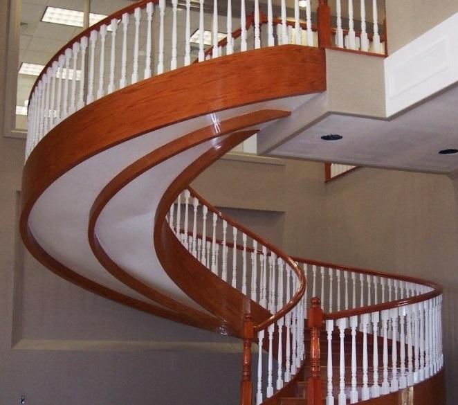 Лестница с криволинейной тетивой - одна из самых сложных и дорогих в изготовлении