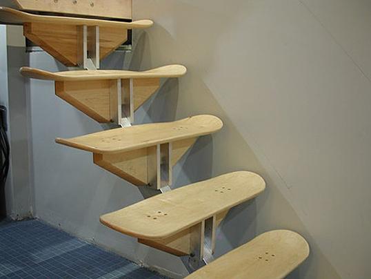 В качестве ступеней используются роликовые доски - скейтборды