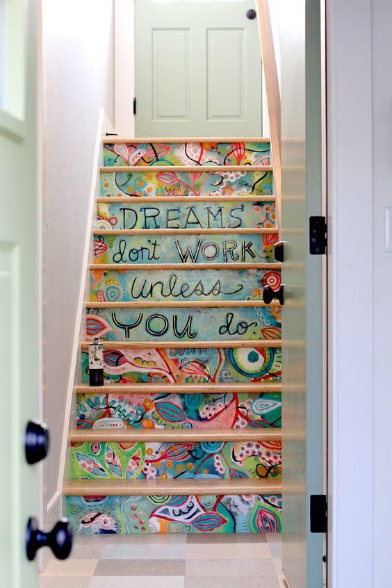 Мозаика, цветной камень и стекло сделают любую лестницу более интересной
