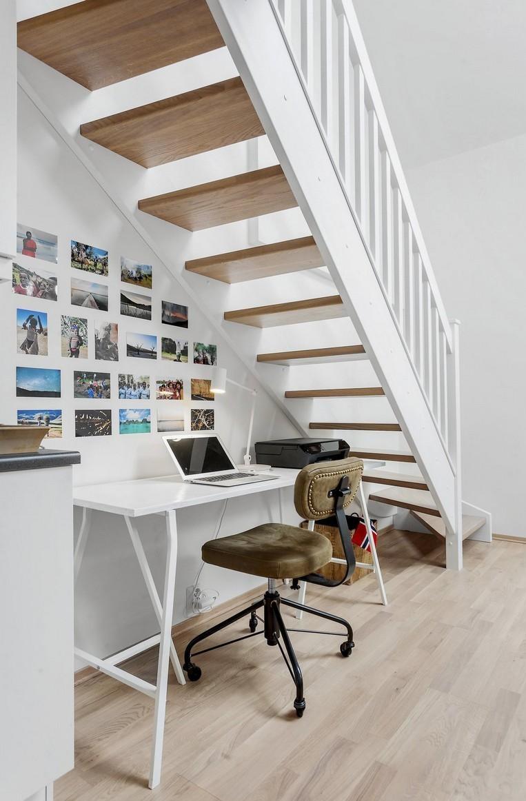 зона для письменного стола и работы под лестницей