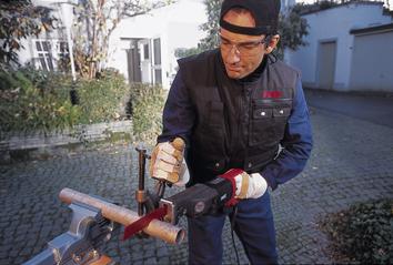 Сабельная пила для труб с хомутом для крепления труб и регулируемой частотой вращения FLEX SR 602 VV