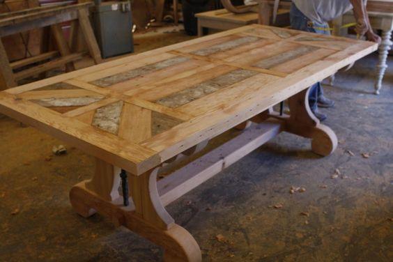 В первую очередь представляется чрезвычайно удобным использование данного вида соединений при изготовлении больших массивных столов