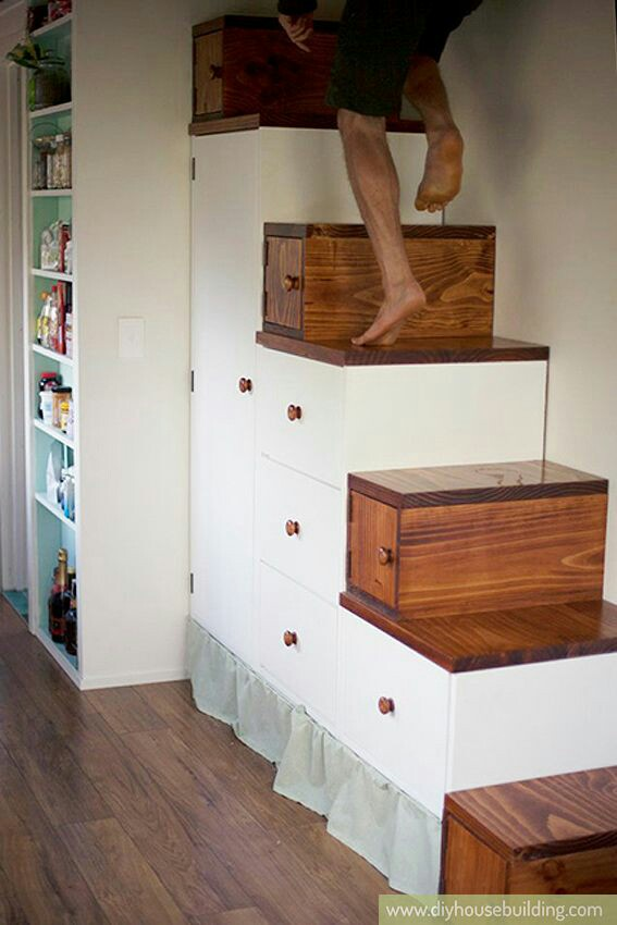 В маленьких домах лестницы становятся удобной системой хранения