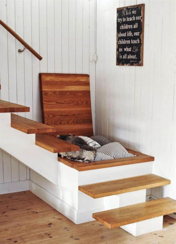 Место хранения под лестницей