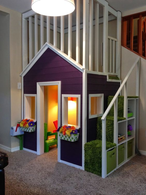 Детский домик имеет свою особенную лестницу и в тоже время весь объект лаконично занял пустующий угол