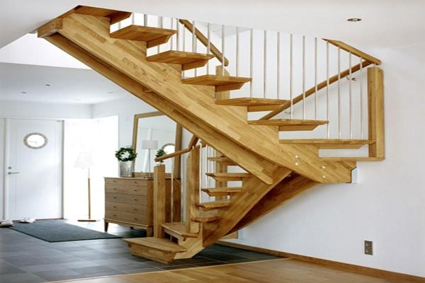 Балочные косоуры из деревянной клееной доски, расположенные под разными уклонами на винтовой лестнице: