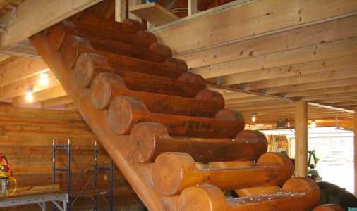 Лестница на двух бревнах-косоурах - надежное и простое решение, Причем изначально зачастую используется как временное решение