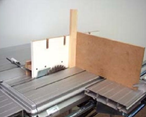 Поместите заготовку в угол между плитами для увеличения высоты упоров