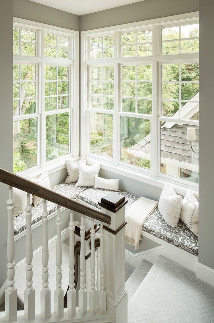 Место для отдыха и чтения рядом с лестницей
