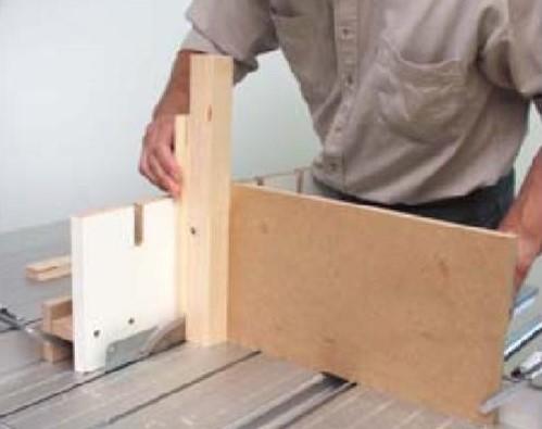 Данным способом можно прорезать пазы в брусках, длина которых ограничивается только высотой помещения