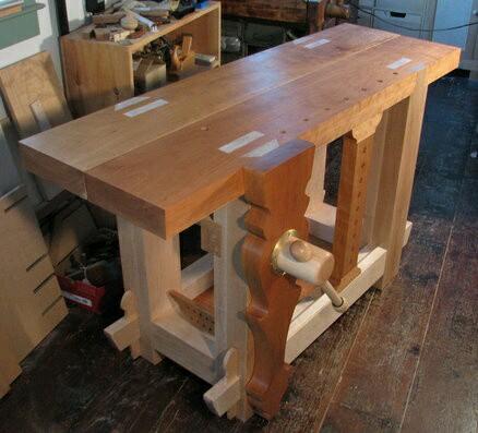 Стационарных столярных столов и верстаков существует великое множество как заводского, так и самостоятельного исполнения