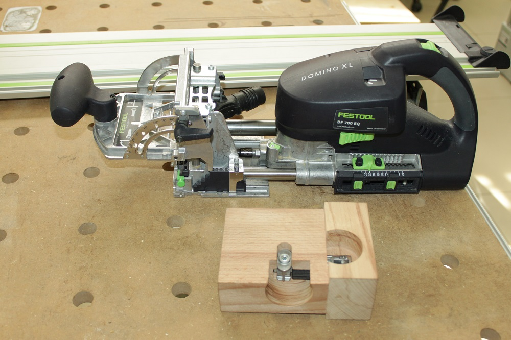 В качестве инструмента для изготовления пазов под новые анкерные соединители используется фрезер DOMINO XL DF 700