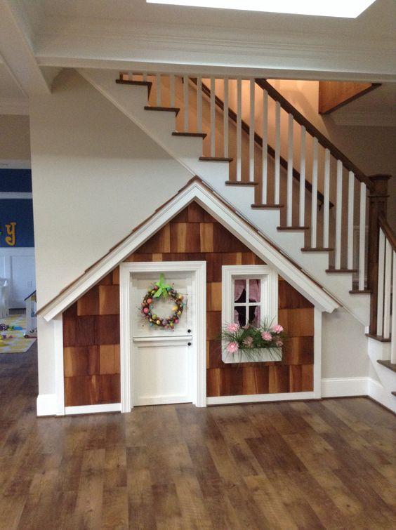 Организуем пространство под лестницей как детский игровой домик или красивое место для хранения детских игрушек