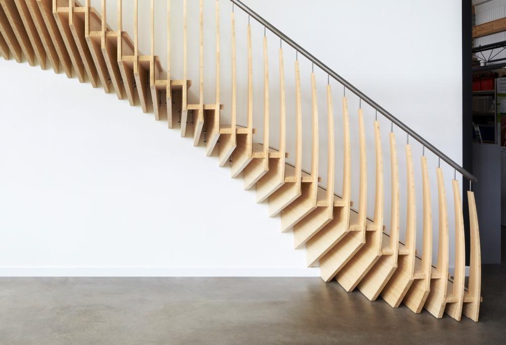 Бывают и деревянные конструкции из наборных плоских элементов, которые крепятся к тетиве, вмонтированной в стену