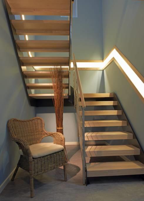 Или провести освещение вдоль всей лестницы в световом коробе, совмещенном с перилами