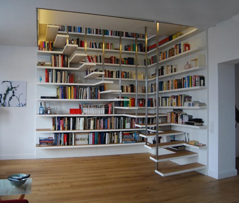 Решение лестницы-невидимки, объединенной с рабочим столом и с библиотекой, выглядит легко и современно