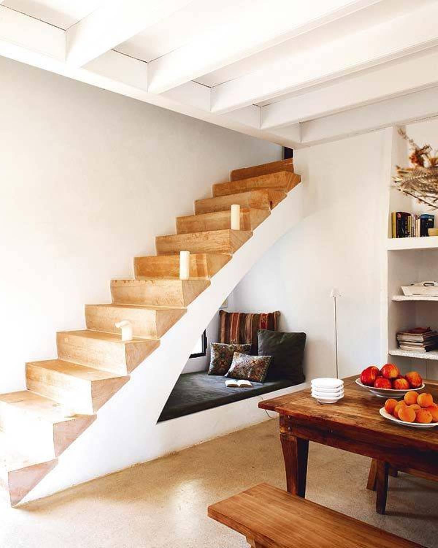 Место для отдыха и чтения под лестницей