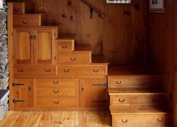 деревянный шкаф под лестницей