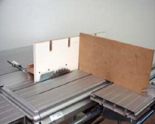 На подвижном столе для увеличения высоты упора потребуется ДСП размером 500 x 200 мм