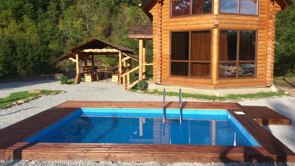 бассейн с деревянным ограждением