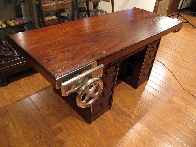 Рабочий стол, переделанный под верстак