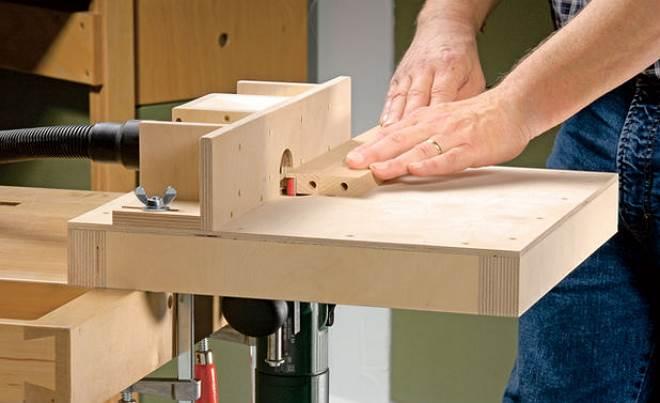 Самодельные варианты данных столов могут быть самых разных видов, начиная от простой столешницы с фрезером и боковым упором из фанеры