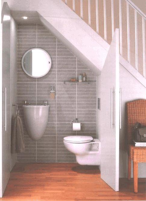Все знакомы с решением размещения под лестницей туалета. И это решение можно обыграть красиво.