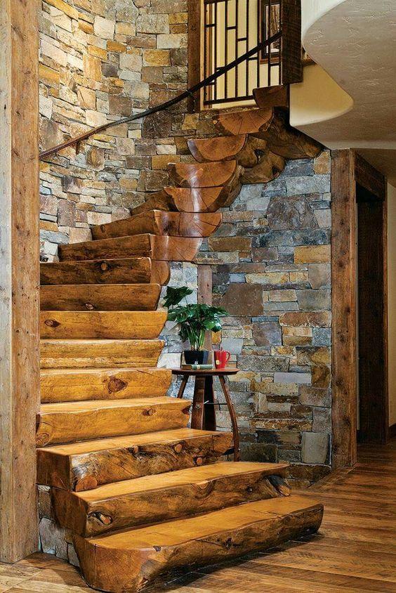 Массивные деревянные ступени из обтесанных цельных бревен выглядят солидно и брутально