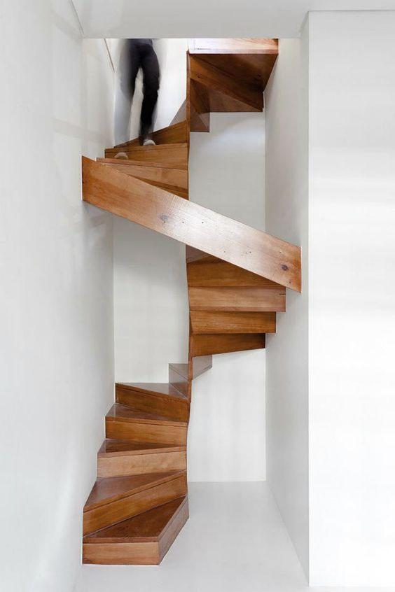 Винтовые лестницы на прямых тетивах - экономичное и компактное решение:
