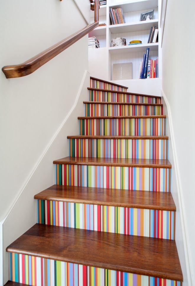 Благодаря оформлению подступенков лестницы становятся яркими и отражающими настроение хозяев