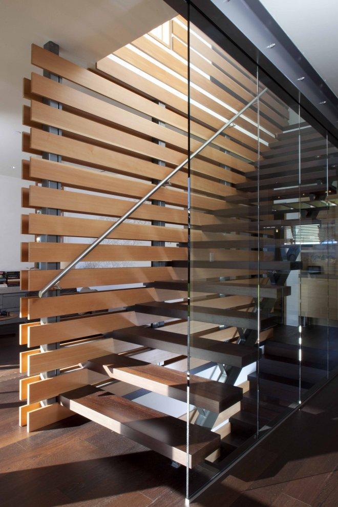Акриловое матированное стекло в сочетании с деревянными ступенями выглядит очень современно и практично