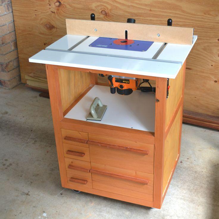 вариант встроенного в специальный рабочий стол ручного фрезера.