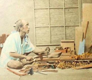 Азиатская техника столярных работ отличается тем, что все работы ведутся сидя на полу, земле или низких скамеечках