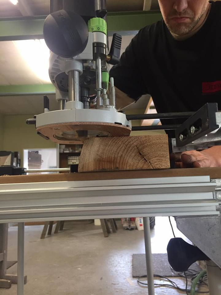с помощью вертикального фрезера Festool OF 1400 он отфрезеровал вдоль коры пазы глубиной 8 мм