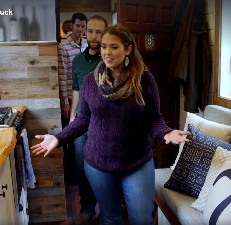 основая фишка этого дома уникальный диван - трансформер на кухне