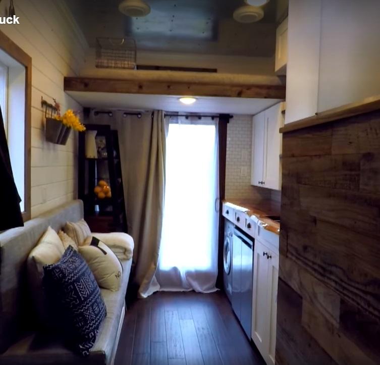 Много деревянных элементов в интерьере, придающих уют