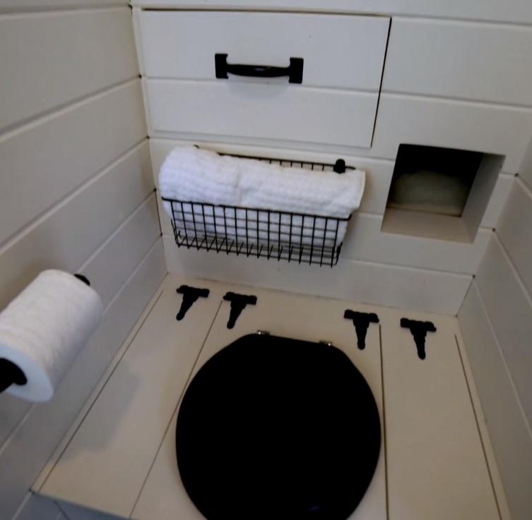 Ванная комната - маленькая как и все в этом доме, но при этом есть все необходимое