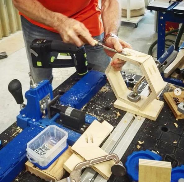 26 июля Столярный фестиваль JET-FEST 2018 Арсенал Мастера. Ставим деревянные заглушки при соединении на косой шуруп Pocket Hole от Kreg.