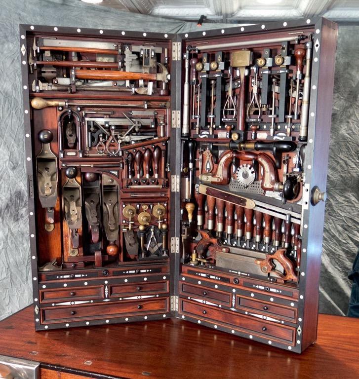 В чемодане размером 99х46х23 см (в закрытом виде) вмещается более 300 уникальных инструментов и приспособлений ручной работы