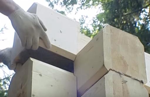 Соединение шип в паз гарантирует надежность и устойчивость всей конструкции