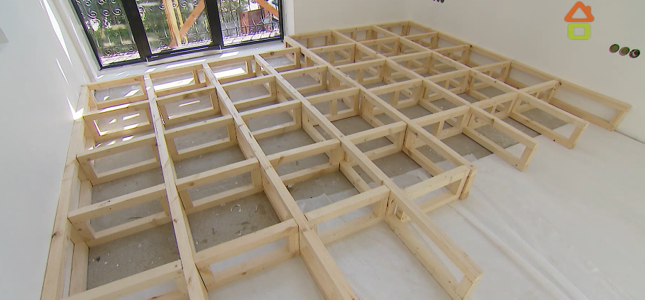 Из сосновых брусков строится каркас под будущий подиум