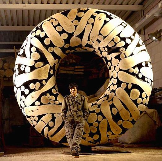 южнокорейский скульптор - художник Jae-Hyo Lee превращает куски дерева в притягивающие внимание произведения искусства