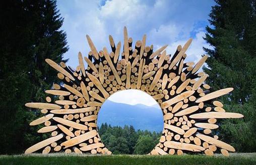 Jae-Hyo Lee: собрав различные куски дерева, он их поджигает, а затем тщательно шлифует и полирует их, чтобы создать визуальный контраст и гладкую поверхность