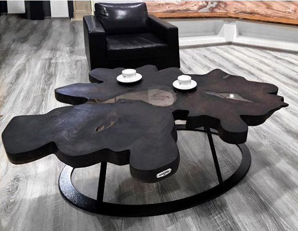 Столик для мужского отдыха с чашечкой кофе из спила горного каштана с акриловой заливкой, финишная обработка маслом черного цвета