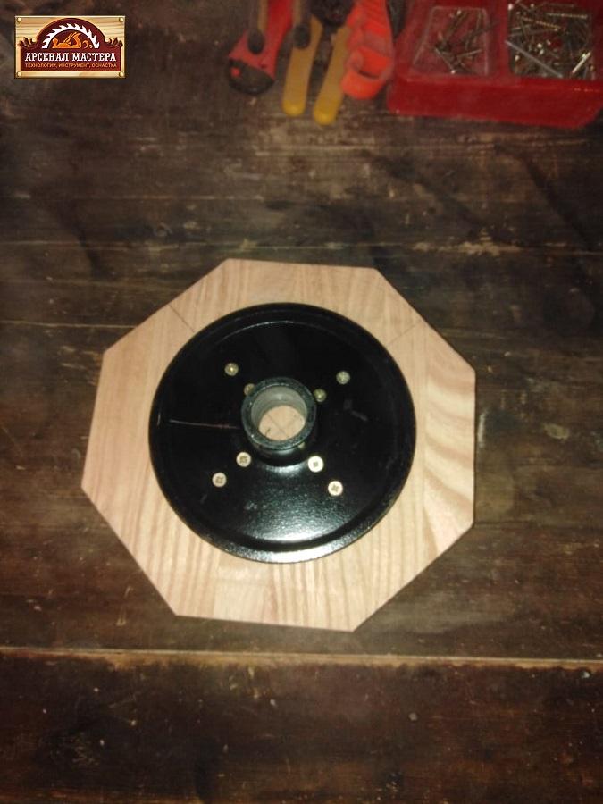 После воздействия шуруповертом на саморезы подходящей длины планшайба составила компанию заготовке будущей тарелке